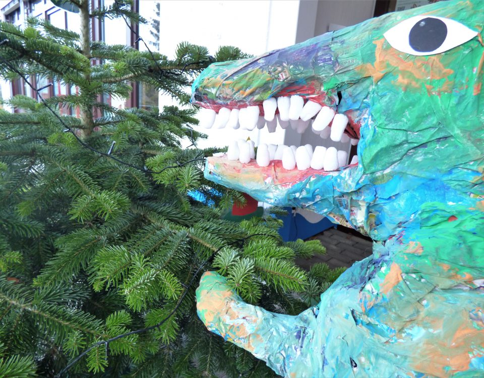 Dino am Weihnachtsbaum